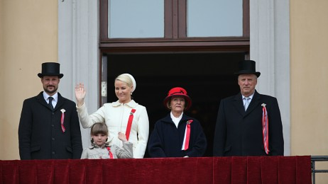 Royal family waving from balcony
